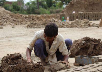 junge-bei-ziegel-herstellung-pakistan