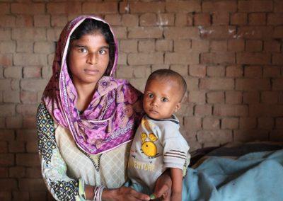 junge-frau-mit-baby-ziegeleidorf-pakistan