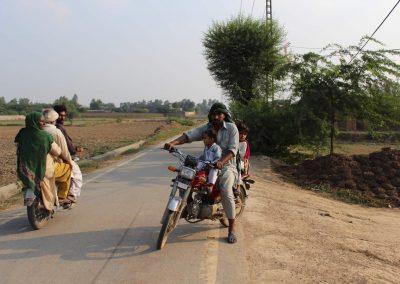 pakistanische-familie-motorrad