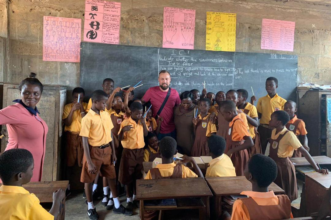 Gruppenfoto-mit-Bleistiften-in-Ghana