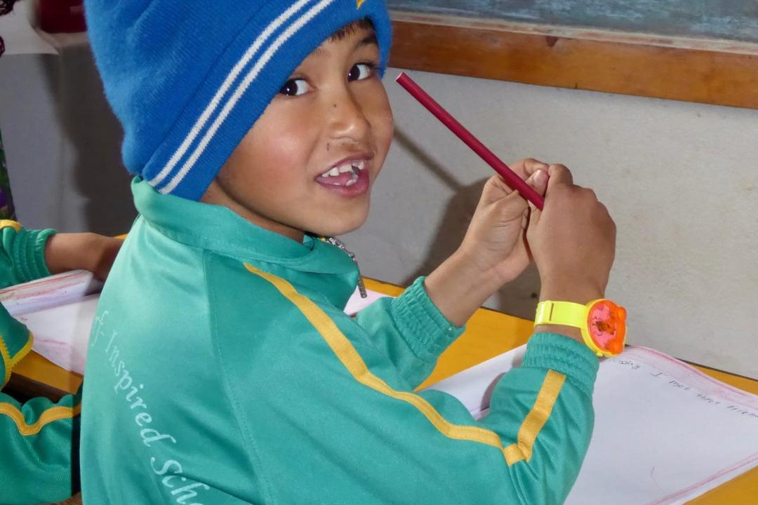Junge-in-Nepal-mit-Bleistift
