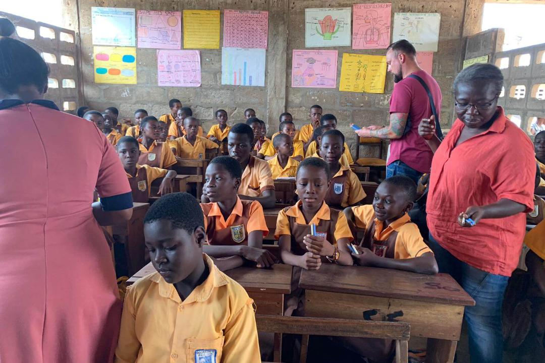 Kinder-bekommen-Bleistifte-in-Ghana