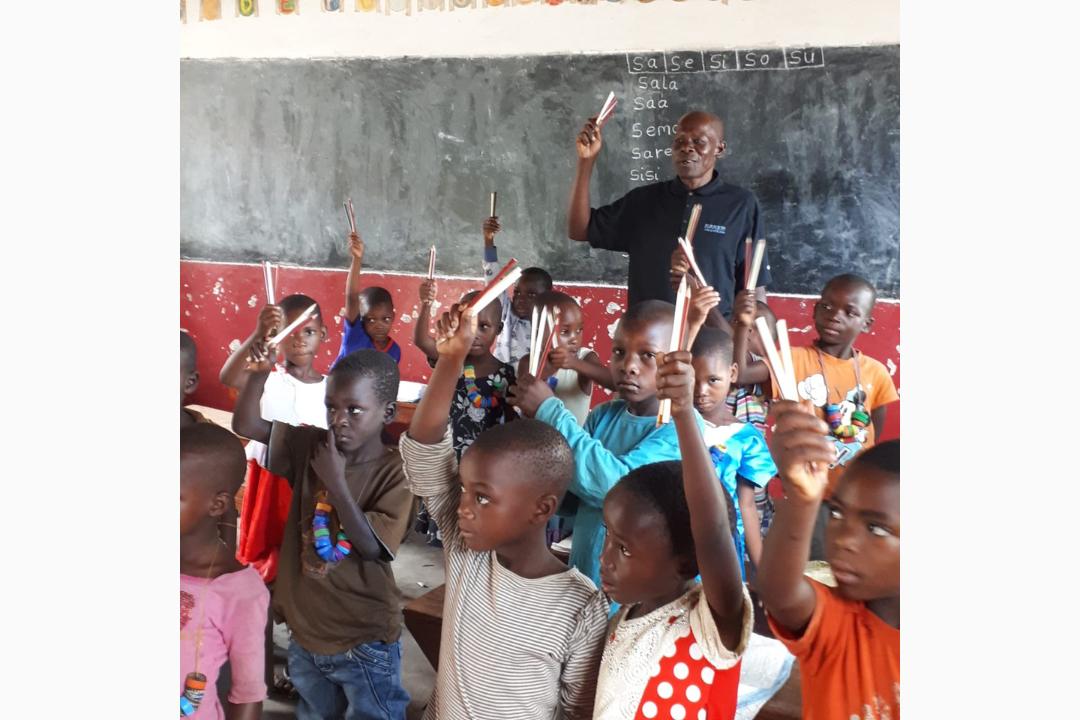 Tansanische-Vorschulkinder-halten-die-Bleistifte-hoch