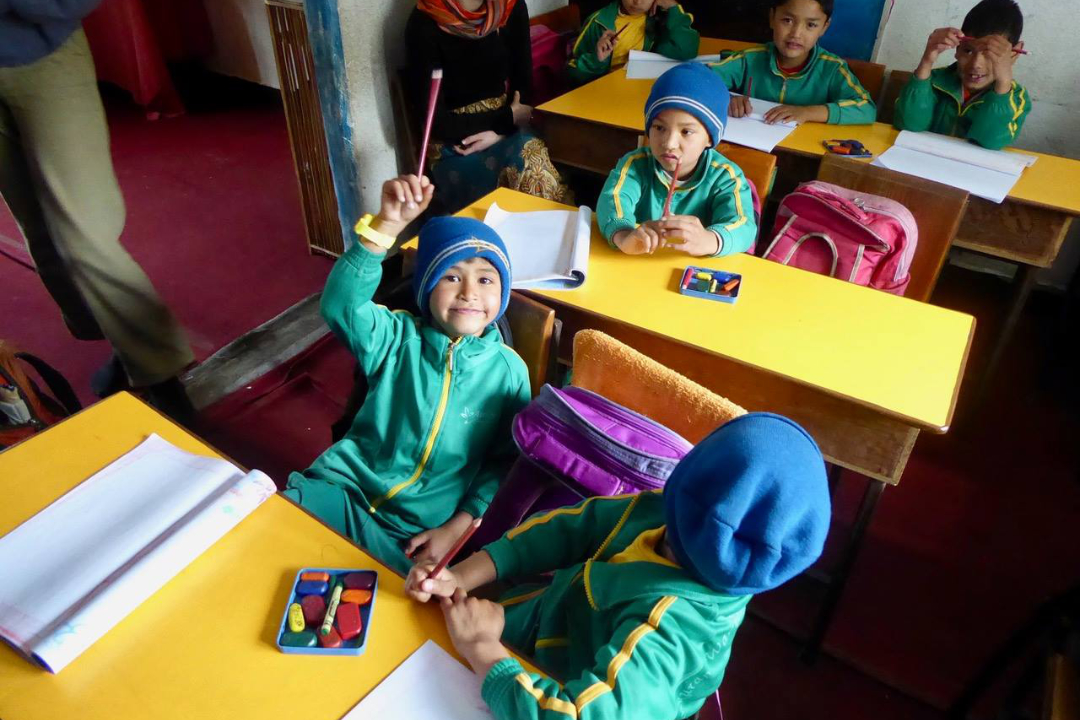 nepalesische-Schlkinder-mit-Bleistiften