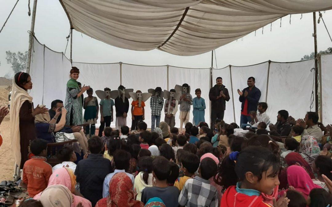 Theateraufführung in der Miracle Suraj School