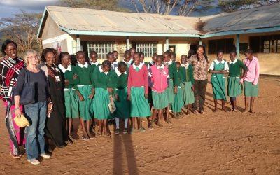 GinCo – unsere Kooperationspartnerinnen bringen Bleistifte in Schulen in Kenia